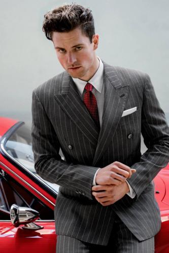100 Double breasted maatpak gemaakt van pins stripe grijze cool wool. Gecombineerd met maathemd gemaakt van wit katoen met bijpassend  wit pochet