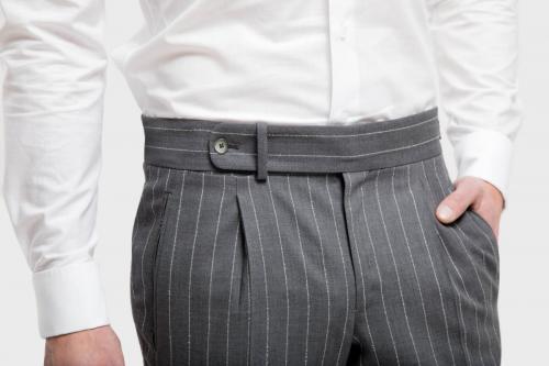 103 Pantalon gemaakt met bandplooi en oversluiting op de band