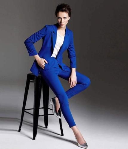 18 Dames pak met recht gesneden colbert en smal gesneden broek gemaakt van helder blauwe wol (1)