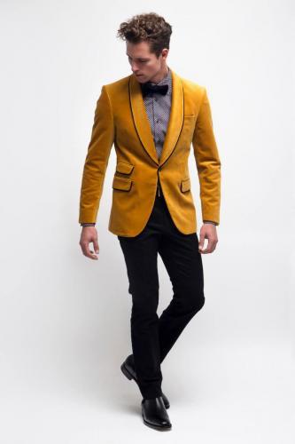 200 Smokingsjas gemaakt van geel velours met band afgewerkte revers en klepzakken. Bijpassend maathemd gemaakt van katoen met fancy print
