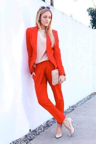 22 Maatkostuum vrouw in rood met opgesneden revers en bandplooi op de pantalon