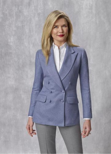 4 Vrouwelijk, zakelijk colbert gemaakt van superzachte lila kasjmier met overlsuiting en stoffen knopen, pantalon gemaakt van grijze coolwool