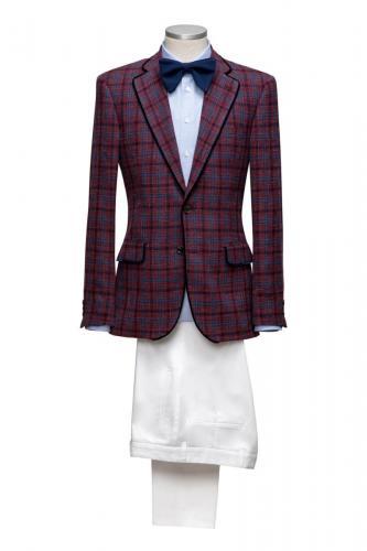 601 Ruiten jasje gemaakt van coolwool met ingesneden smalle revers en klepzakken. Bijpassend witte pantalon en maatoverhemd van katoen