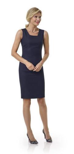 76 Zakelijk en vrouwelijk maatjurkje gemaakt van helder blauwe Holland and Sherry cool wool met recht gesneden hals en doordat het jurkje op het lijf gemaakt wordt altijd een per