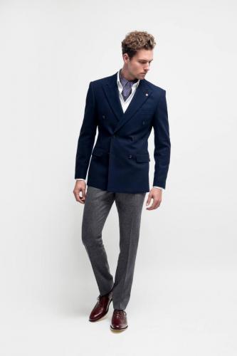 800 Maatkostuum gemaakt van flannel met double breasted blauw colbert en grijze pantalon. Maatoverhemd gemaakt van katoen