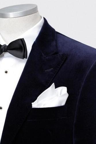 Blauw velours feestelijk dinnerjacket met wit smoking overhemd en bijpassend wit pochet