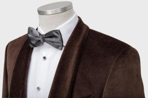 Bruine veloerse smoking gemaakt met wit smoking hemd en grijze strik