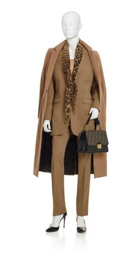 Camel kleurig zakelijk broekpak vrouw op maat gemaakt met bijpassende overjas op maat gemaakt
