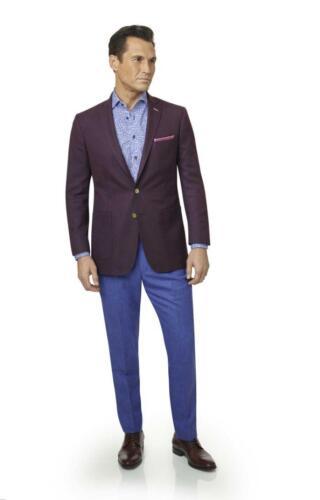 Hip pak op maat met bordeaux rood colbert en blauwe pantalon