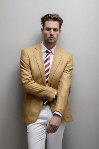 Casual maatpak gemaakt met sportieve pantalon en gele blazer