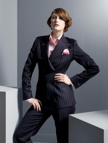 Dames maatkostuum gemaakt van blauw met roze streepjes wol. Double breasted jasje met opgesneden revers