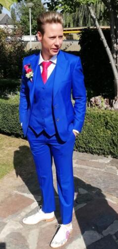 Maatkostuum vrouw in blauw trouwpak