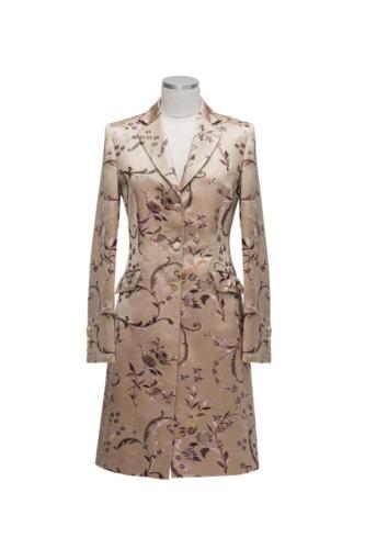 Feestelijk lang vrouwelijk colbert gemaakt van zijde met wol