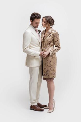 Feestelijke-jurk-met-bijpassend-lang-colbert-op-maat-gemaakt-van-zijde-damesmaatkleding