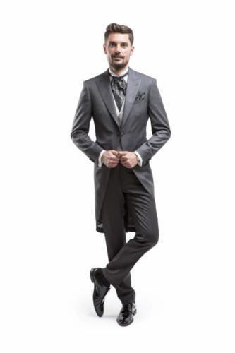 Jacquet op maat gemaakt in klassiek grijs met bijpassend jacquet gilet en jacquet maathemd met opstaande kraan en manchetknopen-min