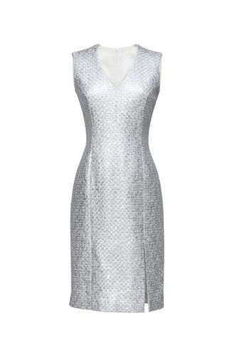 Maat jurk gemaakt van Chanel stof met zilveren draad, V halslijn en Amrikaanse mouwlijn