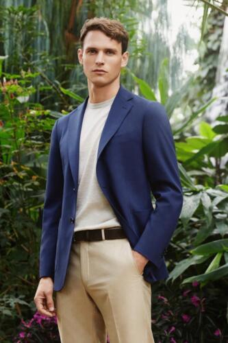 Maatkostuum met blauw colbert en creme pantalon gemaakt van Scabal stoffen (2)