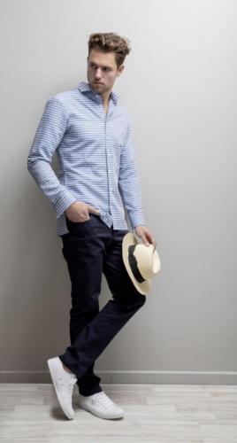 Shirt op maat gemaakt van blauw witte streep met rechte onderkant en splitjes