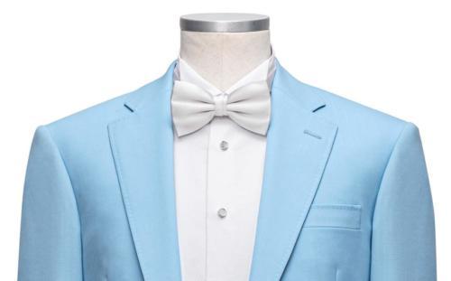 Tailormade trouwpak gemaakt van cool wool in licht blauw met wit maathemd en vlinderdas