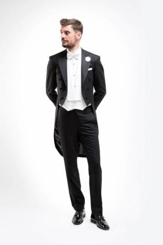 Traditioneel rokkostuum gemaakt van zwart glanzend feestelijke zachte niet kreukende wol. Op het lijf gemaakt en daardoor de perfecte pasvorm