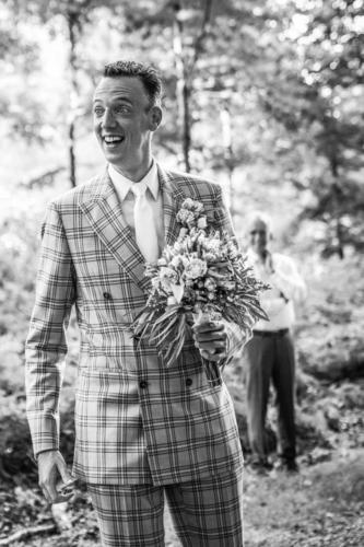 Trouwkostuum gemaakt voor bruiloft van Redolf in sprekende grijze ruit met bijpassend off white maatoverhemd