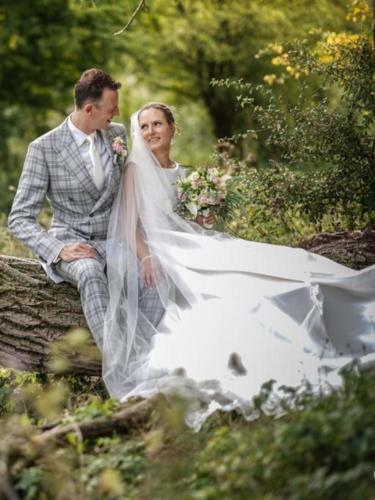 Trouwpak gemaakt voor huwelijk van Redolf in grijs witte ruit met bijpassend maathemd