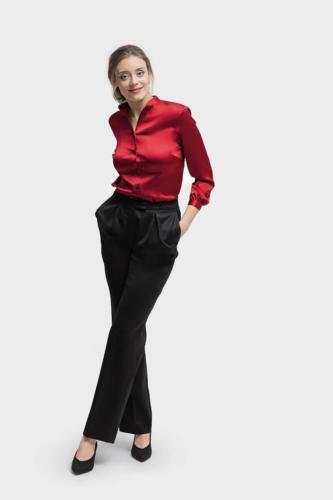 Vrouwelijk, feestelijk, zakelijke rood glanzende maatblouse gemaakt van rode satijn met klein opstaand kraagje
