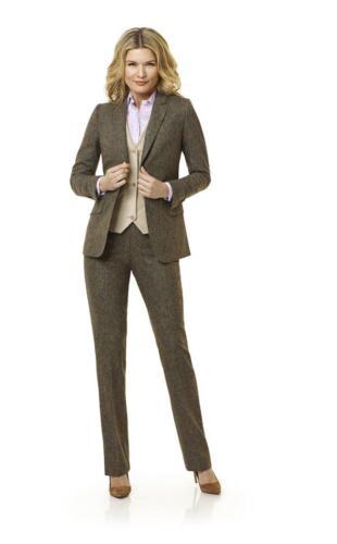 Vrouwelijk, klassiek en zakelijk dames maatkostuum gemaakt van super zachte bruine flannel