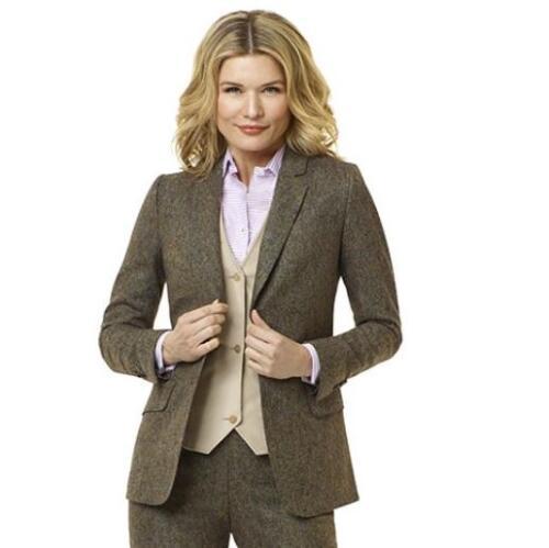 Vrouwelijk, klassiek en zakelijk dames maatkostuum gemaakt van super zachte bruine flannel (2)