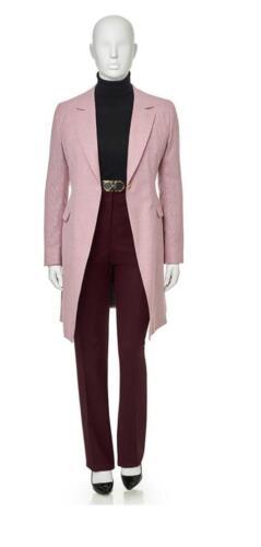 Vrouwelijk broekpak op maat gemaakt met lang colbert in roze met bordeaux rode pantalon