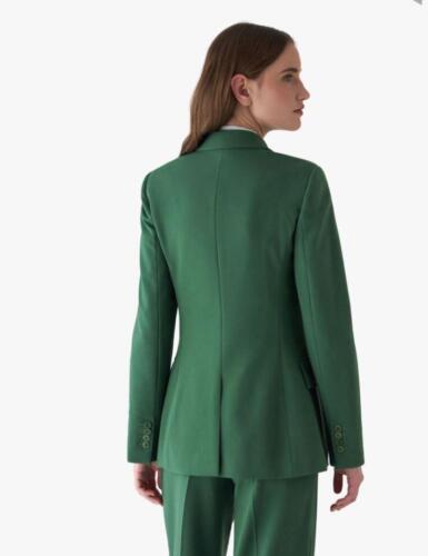 Vrouwelijk zakelijk maatkostuum gemaakt van super zachte groene Loro Piana stof