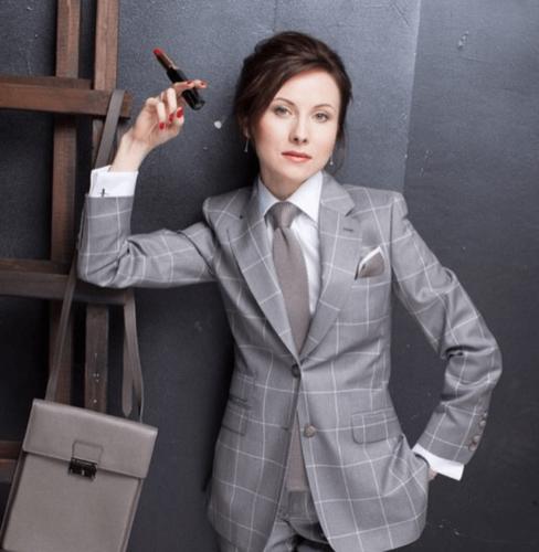 Vrouwelijk zakelijk pak op maat gemaakt van grijs witte ruit met bijpassende blouse op maat