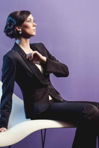 Vrouwelijke feestelijke dames smoking op maat gemaakt  in glanzend zwart met beklede revers