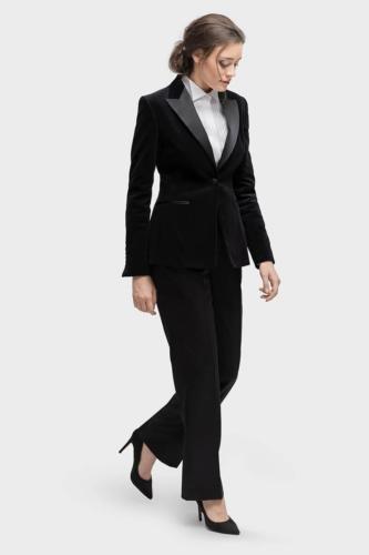 Vrouwelijke smoking op maat gemaakt van zwarte coolwool met zijde revers en zakjes