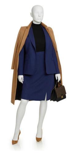 Vrouwelijke uitvaart kleding met camel jas en blauw rok