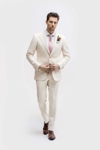 Wit trouwkostuum op maat gemaakt met perfecte pasvorm en wit overhemd op maat gemaakt