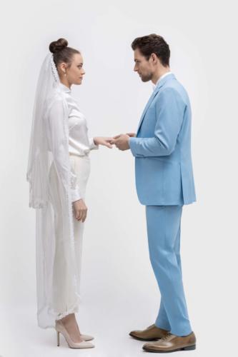 Witte vrouwelijke smokingbroek met witte zijden maatblouse