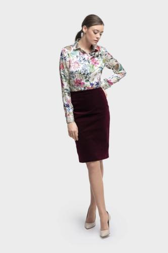 Zakelijk, feestelijk, vrouwelijk en stijlvolle maat blouse gemaakt van glanzende katoen met bloemen print