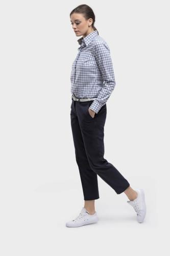 Zakelijk, sportieve dames maat blouse gemaakt van blauw witte ruit