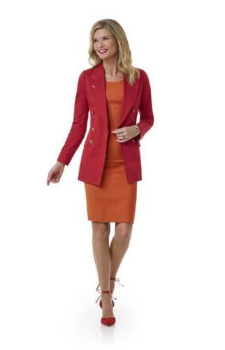 Zakelijk, stijlvol damesmaatkostuum, mantelpak gemaakt met oranje jurk en rode blazer
