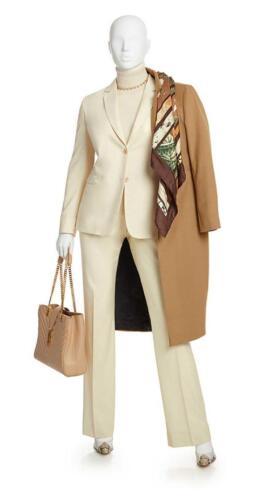 Zakelijk maatkostuum vrouw met lange camel colbert jas gemaakt van Holland and Sherry stoffen