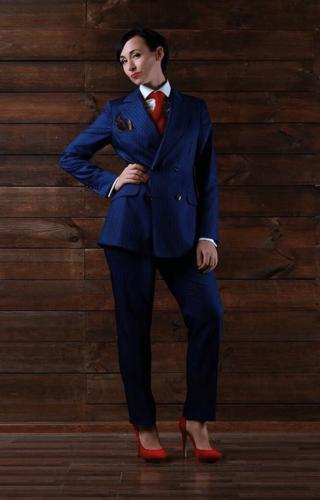 Zakelijk vrouwelijk kostuum gemaakt van blauwe gestreepte zachte cool wool