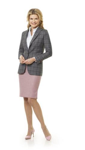 Zakelijk vrouwelijk mantelpak gemaakt van zacht roze super zachte flannel met een zakelijke en klassieke uitstraling. Dames colbert van roze, grjze ruit