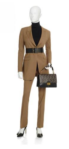 Zakelijk vrouwelijk pak met riem gemaakt in bruin
