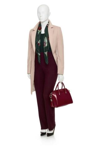 Vrouwelijk zakelijk maatkostuum met lang colbert in roze en rood